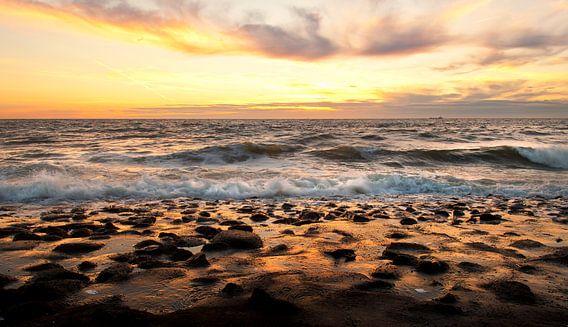 Goudgele zonsondergang boven zee van Anouschka Hendriks