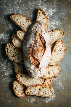 SF 12548801  Rustiek broodbord met brood op donkere achtergrond van BeeldigBeeld Food & Lifestyle