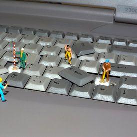 Miniaturwelt  Männer bei der Arbeit, ein Laptop-Tastatur von Groothuizen Foto Art