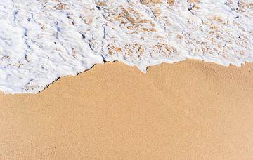 Close-up van de achtergrondtextuur van het zandstrand met zeegolfschuim van Alex Winter