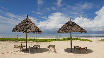 Wit strand op tropisch eiland met bamboo parasols van Robin Jongerden