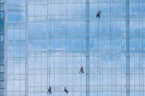 4 Fensterputzer auf blauer Glasfassade von Danny Motshagen