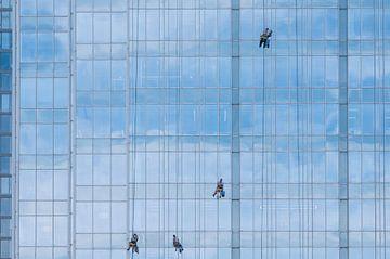4 glazenwassers op blauw glazen gevel van Danny Motshagen
