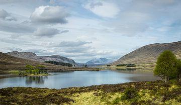Uitzicht over loch Droma van Pascal Raymond Dorland
