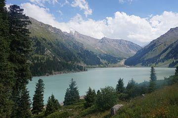 Big Almaty Lake in Kasachstan von Lindy van Oirschot