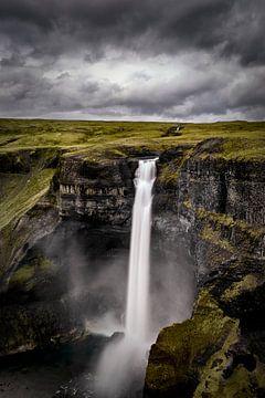 Haifoss Wasserfall in Island während eines dunklen stürmischen Tages von