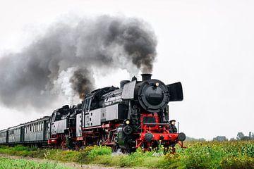 Locomotive à vapeur ancienne conduite dans le pays sur Sjoerd van der Wal