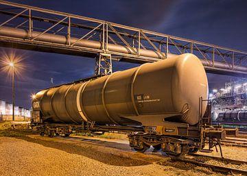 Zugwaggons mit Pipeline Überführung in der night_2 von Tony Vingerhoets