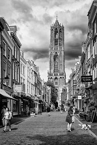 De Dom en de Zadelstraat in Utrecht (monochroom) van