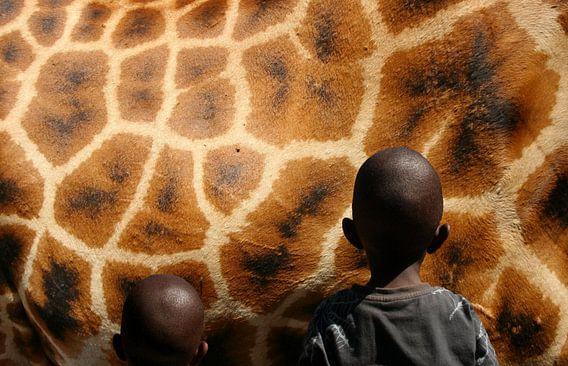 giraf  en afrikaanse kinderen van Martijn Wams