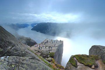 Preikestolen in Noorwegen met uitzicht over Lysefjord van Stefan Vis