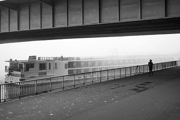 Einsame Person am Hafen von Christian Mueller