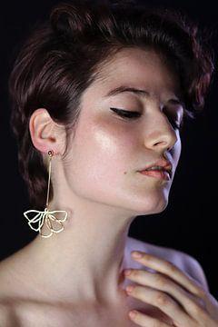 Vrouw met gouden bloem oorbel van Iris Kelly Kuntkes