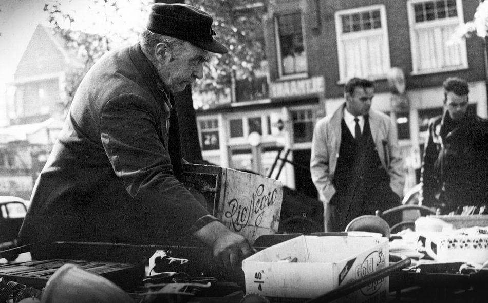 Mannen op Waterlooplein in de 60-er jaren. van PIX URBAN PHOTOGRAPHY