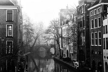 Gaardbrug in de verte in de mist in Utrecht van De Utrechtse Grachten