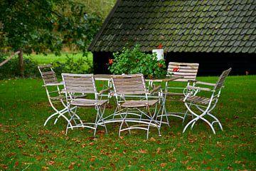 Gartensalon mit alten Bistrostühlen von Jenco van Zalk