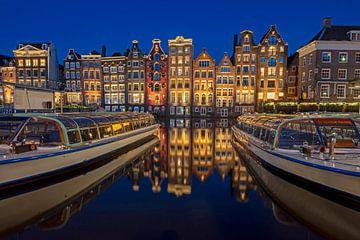 Maisons traditionnelles d'Amsterdam et bateaux de canal aux Pays-Bas la nuit sur Nisangha Masselink