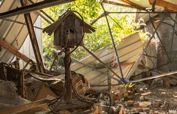 Vogelhaus in einer verlassenen Holzverarbeitungsfabrik. von Het Onbekende