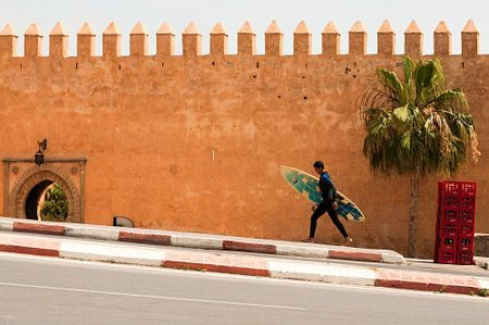 Surfer voor de Kasba van de Oudaya's, Rabat, Marokko