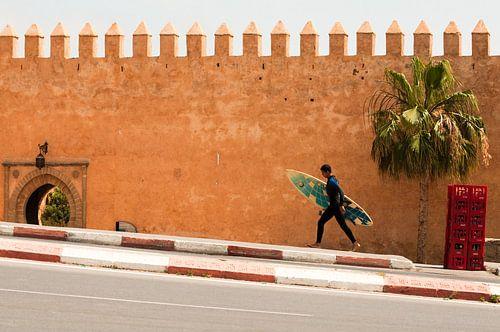 Surfer voor de Kasba van de Oudaya's, Rabat, Marokko van Jeroen Knippenberg