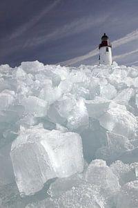 Kruiend ijs bij Vuurtoren Urk