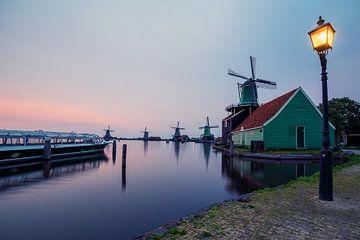 Windmolens en rondvaartboot bij Zaanse Schans van Michiel Dros