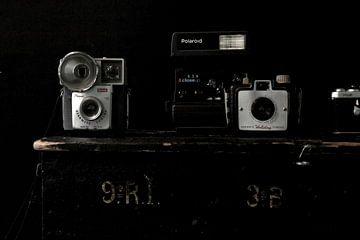 Foto eines Stilllebens mit alten Kameras. von Therese Brals