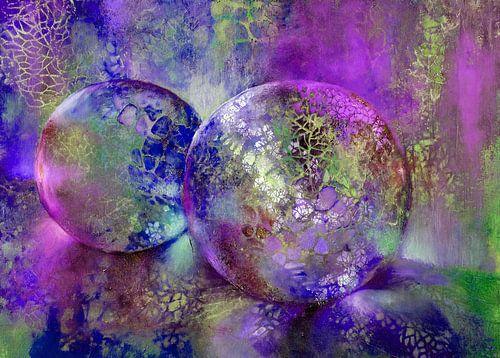 Kleine schatten - glazen bollen in het licht met violet, paars en blauw