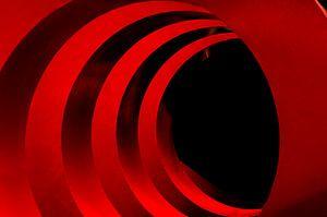 Tunnelblick mit Struktur in Rot und Schwarz von Anita Hermans