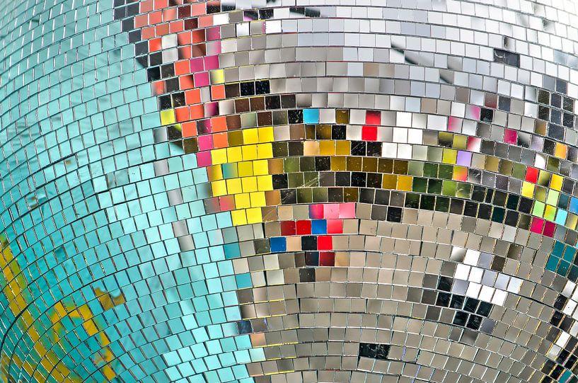 Kleurige reflecties in een discobol van Frans Blok