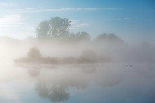 Mist boven de rivier de Drentsche Aa in Drenthe, Nederland