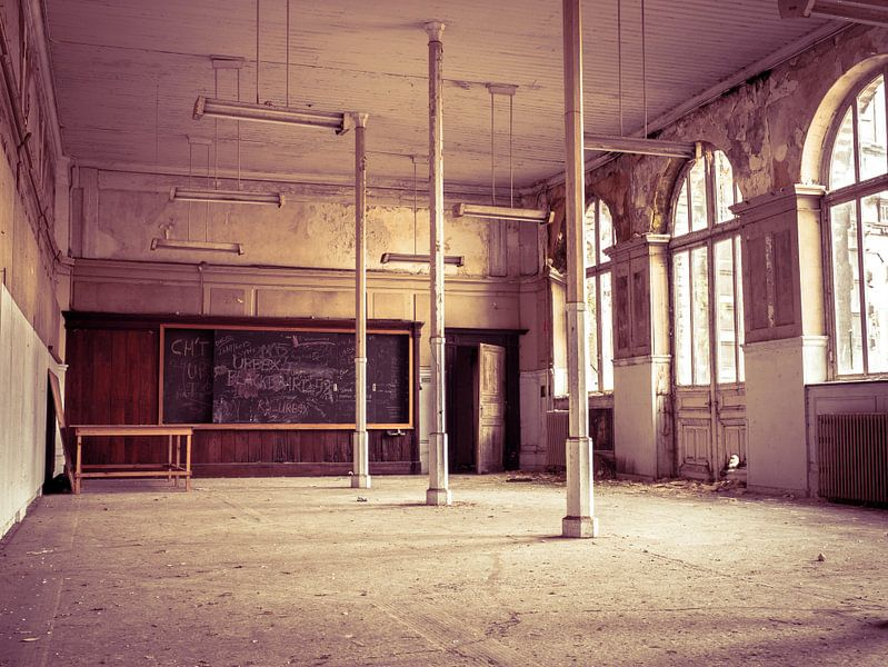 Klassenzimmer im alten Universitätsgebäude in Belgien von Art By Dominic