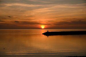 De zon zakt in zee