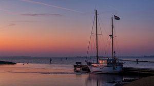 Zeilboot in het licht van de opkomende zon