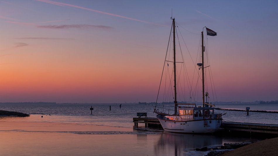 Zeilboot in het licht van de opkomende zon van Bram van Broekhoven