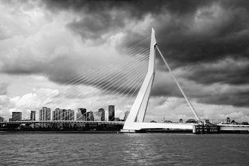 Erasmus-Brücke Rotterdam mit Wolken von Yvonne Smits