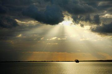 Zon schijnt door de wolken in Ras al Hadd van Yvonne Smits