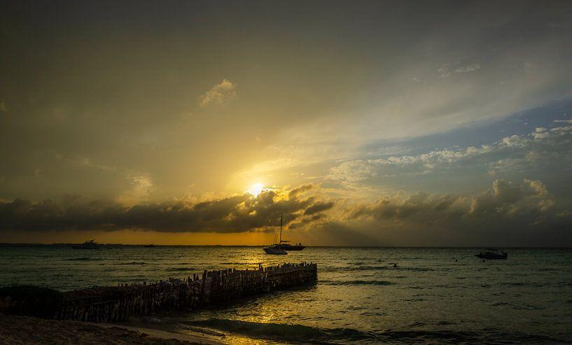 Zonsondergang op Isla Mujeres, Mexico van Rob Bout