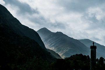 Schattenbild des Glenfinnan Monuments mit Gebirgszug, Hochländer, Schottland von Paul van Putten