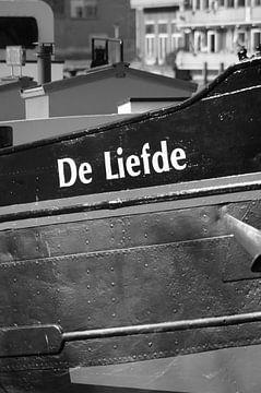"""Boot """"Love""""Detailfoto schwarz-weiß stehend von Marion Hesseling"""