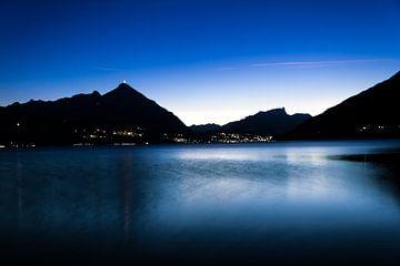Thunersee, zicht op Thun Zwitserland in de late avond. von Gideon Onwezen