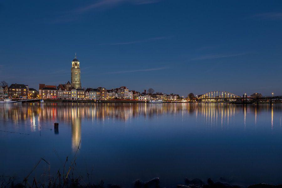 Skyline Deventer in blauwe uur