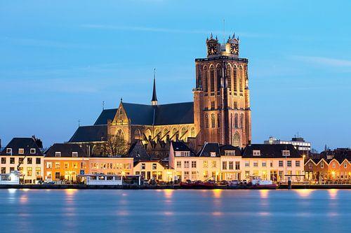 Grote Kerk Dordrecht tijdens blauwe uurtje in de avond. van