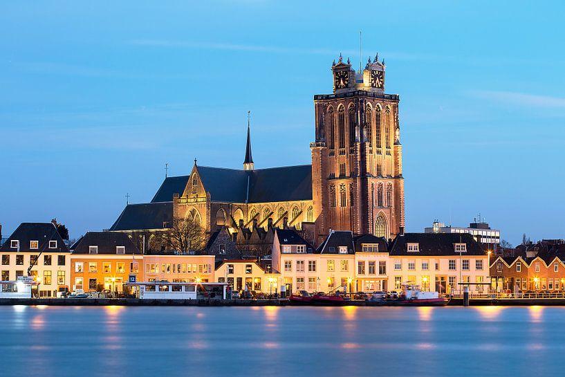Grote Kerk Dordrecht tijdens blauwe uurtje in de avond. van Peter Verheijen