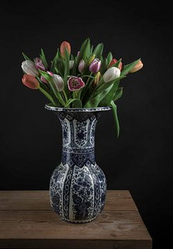 Modernes Stillleben: Tulpen in einer Delfter Blau Vase von Marjolein van Middelkoop