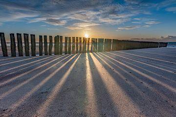 Zonsondergang met Golfbrekers strand  Burgh-Haamstede van Jan Poppe