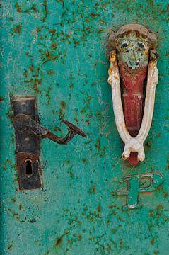 Detail van een oude deur met deurklopper van Thea Oranje