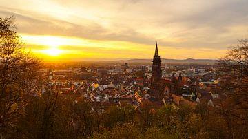 Freiburg im Breisgau zonsondergang boven de stad van Simon Dux