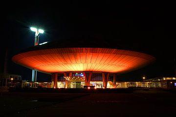 Der Evoluon in Eindhoven fotografierte in orangefarbener Farbe im Dunkeln. von tiny brok
