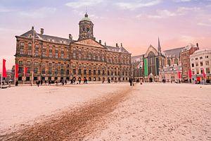 Besneeuwde Dam met het koninklijk paleis op de Dam in Amsterdam